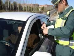 Un guardia civil, multando a un conductor tras una infracción. (EUROPA PRESS/ALD AUTOMOTIVE)