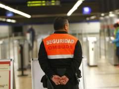 Un vigilante de seguridad del metro de Madrid. (JORGE PARÍS)