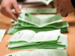 Recuento de votos en un colegio electoral. (Raúl Caro / EFE)