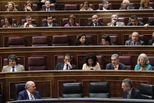 Los ministros de Justicia, Alberto Ruiz Gallardón (d) e Interior, Jorge Fernández Díaz (i), durante un pleno en el Congreso de los Diputados. (EFE)