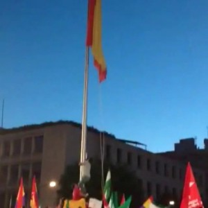 Un grupo de manifestantes por la III República desata la bandera española. (20MINUTOS)