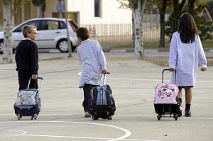 Varios niños de camino al colegio. (EFE)