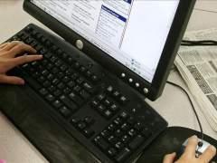 Una persona navega por Internet. (ARCHIVO)