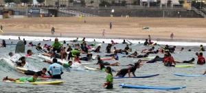 Decenas de jóvenes reciben clases de surf en la playa de la Zurriola de San Sebastián (Juan Herrero / EFE)