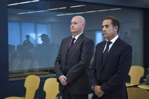El ex jefe superior de Policía del País Vasco Enrique Pamiés (i), y el exinspector José María Ballesteros (d), acusados de colaborar con ETA por desvelar en 2006 una operación contra la banda terrorista, al inicio del juicio del caso Faisán en la Audiencia Nacional. (EFE)