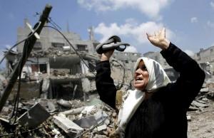 Una mujer palestina huye del barrio de Al Shejaeiya, en el este de Gaza. (EFE)