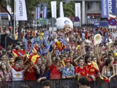 Aficionados de España en los aledaños del Bernabéu. (EFE)