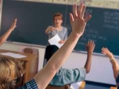 Alumnos de Secundaria levantan la mano en clase. (GTRES)