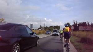 Um vehículo y un ciclista circulan por una carretera. (ATLAS)