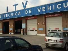 Imagen de dos turismos pasando la Inspección Técnica de Vehículos (ITV). (EFE)