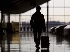 Imagen de una persona en un aeropuerto. (Juanjo Martín / EFE)