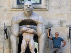 El escultor Ramón Conde posa con una de sus figuras. (Xoan Rey / EFE)