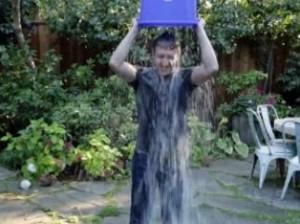 El creador de Facebook se ha sumado al reto de mojarse con un cubo de agua helada por la ELA. (FACEBOOK)