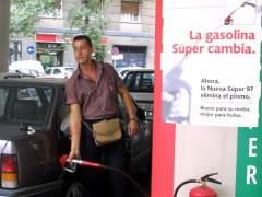 """""""Un gasolinero atiende un servicio en una estación de Madrid. Foto tomada hace ahora 13 años, en agosto de 2001"""". (PEPE CABALLERO)"""