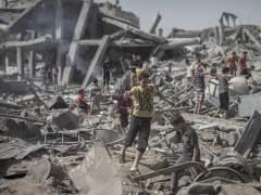 Un joven palestino corre sobre los escombros. (EFE)