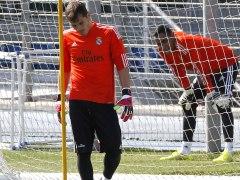 Los porteros del Real Madrid Iker Casillas y Keylor Navas. (EFE)