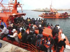 Llegada masiva de inmigrantes subsaharianos en aguas del Estrecho de Gibraltar. (Carrasco Ragel / EFE)