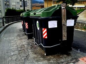 """""""Contenedores de basura del barrio Otxarkoaga, en Bilbao"""". (OSKAR GARCÍA)"""