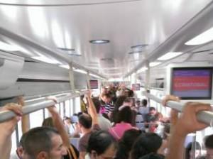 """""""En el interior de un tren corto de Cercanías en el mes de agosto"""". (ALBERTO MACÍAS)"""
