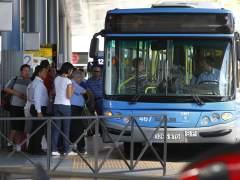 Viajeros entrando en un autobús de la EMT de Madrid, en el intercambiador de Plaza de Castilla. (JORGE PARÍS)