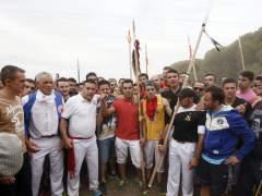Álvaro Fernández Martín (camiseta roja), ganador del Torneo del Toro de la Vega que se ha celebrado en Tordesillas (Valladolid), en el que al menos cuatro personas han resultado heridas por asta. (R. GARCÍA/EFE)