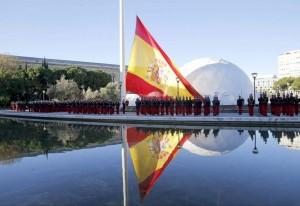 Acto de izado de la bandera presidido por los presidentes del Congreso, Jesús Posada, y del Senado, Pío García Escudero, en la Plaza de Colón de Madrid con motivo de la celebración del 35 aniversario de la Constitución. (EFE / ARCHIVO)