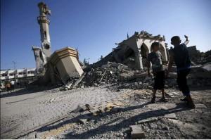 Dos niños junto a la destruida mezquita de Omar Ibn Abed Al-Aziz en el pueblo de Beit Hanun, en la Franja de Gaza. (EFE)