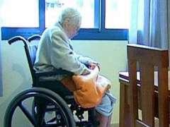 Una enferma de alzhéimer, en silla de ruedas. (ARCHIVO)