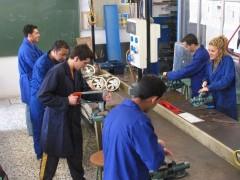 Un grupo de jóvenes trabajadores. (EFE)