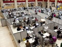 Empleados públicos en su puesto de trabajo. (EFE)