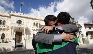 Dos personas abrazándose (REUTERS)