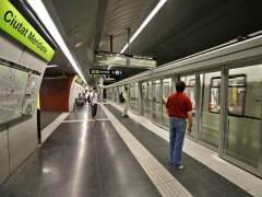Varios viajeros a punto de subir al metro de Barcelona. (EFE)