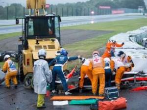 Comisarios de carrera y servicios médicos del circuito de Suzuka atienden al francés Jules Bianchi tras el accidente sufrido por el piloto de Marussia en Japón. (EFE)