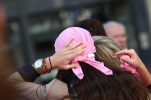 Una mujer con una pañoleta rosa, color representativo de la lucha contra el cáncer de mama. (ARCHIVO).
