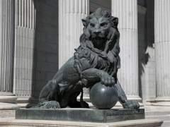 Uno de los leones del Congreso de los Diputados. (EP)