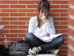 Varias estudiantes en los alrededores de la Universidad Autónoma de Madrid. (EFE)