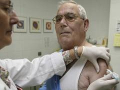 Un hombre es vacunado contra la gripe en Burgos. (GTRES)
