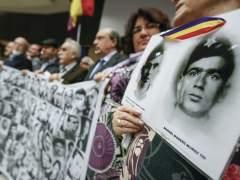 Familiares de las víctimas del franquismo en el Parlamento Europeo (PE), en Bruselas (Bélgica). (OLIVIERA HOSLET/EFE)