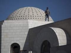 Un policía vigila en el tejado de la sinagoga tras el ataque contra una sinagoga en Jerusalén (Israel) el martes 18 de noviembre de 2014.