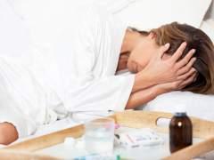Una mujer se lleva las manos a la cabeza por el dolor. (GTRES)