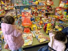 Dos niñas observan un escaparate lleno de juguetes. (EFE)