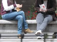 Imagen de archivo de unos jóvenes usando tabaco de liar. (GTRES)