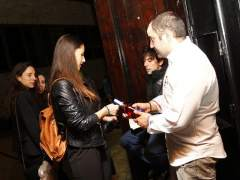 Un grupo de chicas intercambia la botella de alcohol por una carta de la baraja española, que, ya en la barra, les servirá para canjear su botella. (JORGE PARÍS)