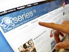 Un hombre señala el menú de la página web series.ly. (JORGE PARÍS)