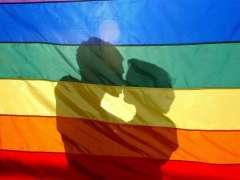 Una pareja homosexual se besa. (ARCHIVO)