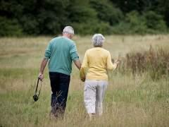 Una pareja de pensionistas paseando. (GTRES)
