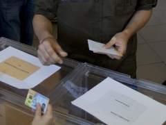 Un hombre deposita su voto en las pasadas elecciones autonómicas y municipales en Madrid. (GTRES)