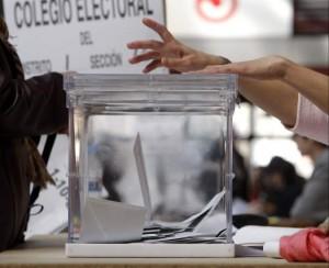 Una urna en un colegio electoral J. L. Cereijido / EFE