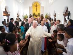 """""""El papa Francisco saluda a los fieles en Manila (Filipinas)"""". (EFE)"""