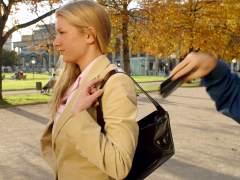 Representación de un robo a manos de un carterista. (GTRES)